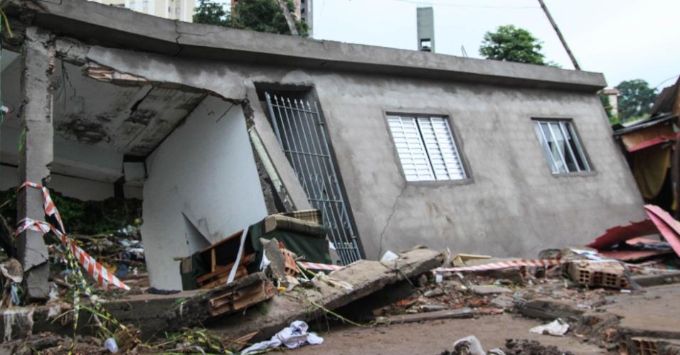 25.fev.2016 - Uma casa desabou na Vila Mendes, zona leste de São Paulo, na quarta-feira (24). O córrego Oratório, que passa pelo bairro, transbordou por conta da chuva e a água invadiu as ruas, provocando o tombamento da casa