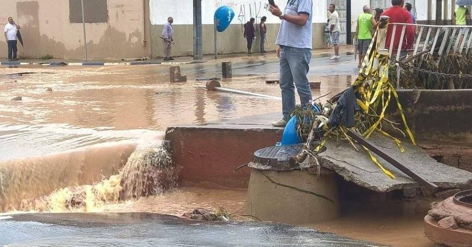 11.mar.2016 - Chão cedeu e postes e gradis foram derrubados pela força da água após chuvas em Itatiba, no interior de São Paulo