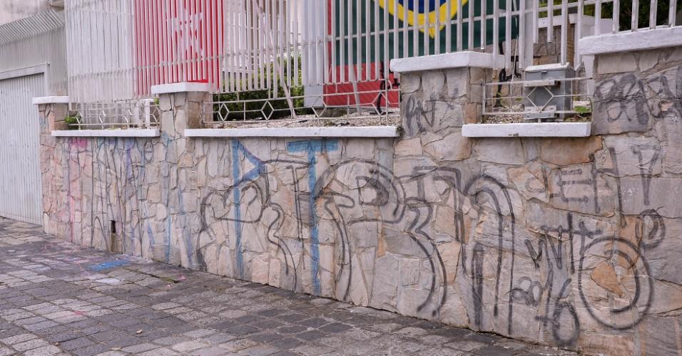 17.mar.2016 - A sede do PT em Curitiba (PR) foi atacada durante a madrugada após protestos contra o governo Dilma Rousseff e o ex-presidente Luiz Inácio Lula da Silva ocorridos em vários pontos da cidade. A sede da CUT (Central Única de Trabalhadores) também foi pichada e apedrejada
