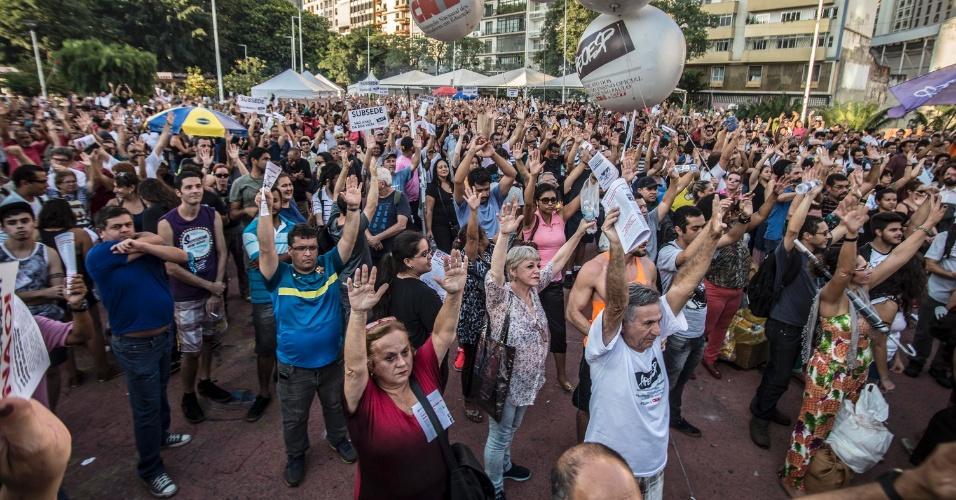 8.abr.2016 - Professores estaduais de SP votam pela proposta de estado de greve durante assembleia na praça Roosevelt, no centro de São Paulo. Eles querem reajuste salarial para toda a categoria