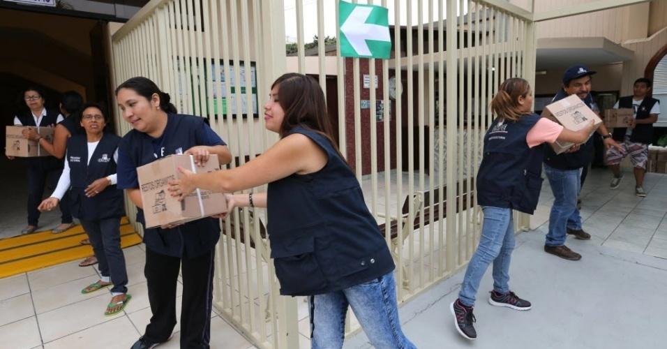 9.abr.2016 - Equipe da Oficina Nacional de Processos Eleitorais do Peru descarrega material de votação em um centro de apoio neste sábado (9), em Lima, capital do país. Neste domingo, eleitores vão às urnas para o primeiro turno das eleições presidenciais no Peru, que escolherá o próximo mandatário do país no período de 2016 a 2021