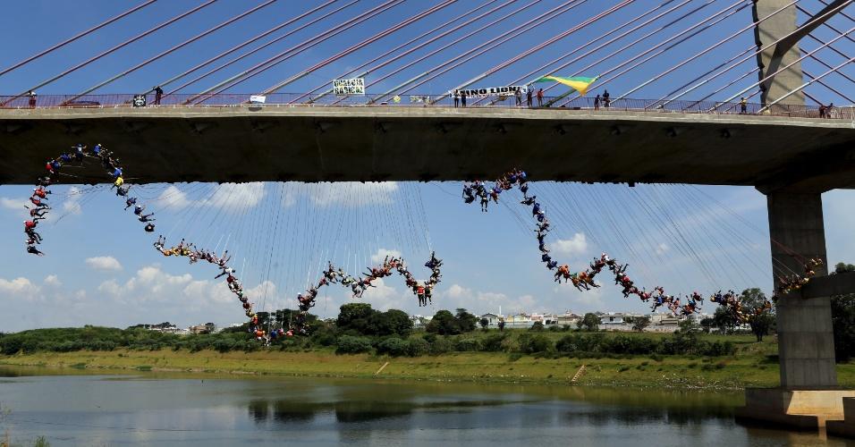 """8.abr.2016 - Cerca de 149 pessoas em Hortolândia, São Paulo, tentaram estabelecer um novo recorde mundial de """"salto de corda"""". Os participantes pularam de uma ponte de 30 metros de altura"""