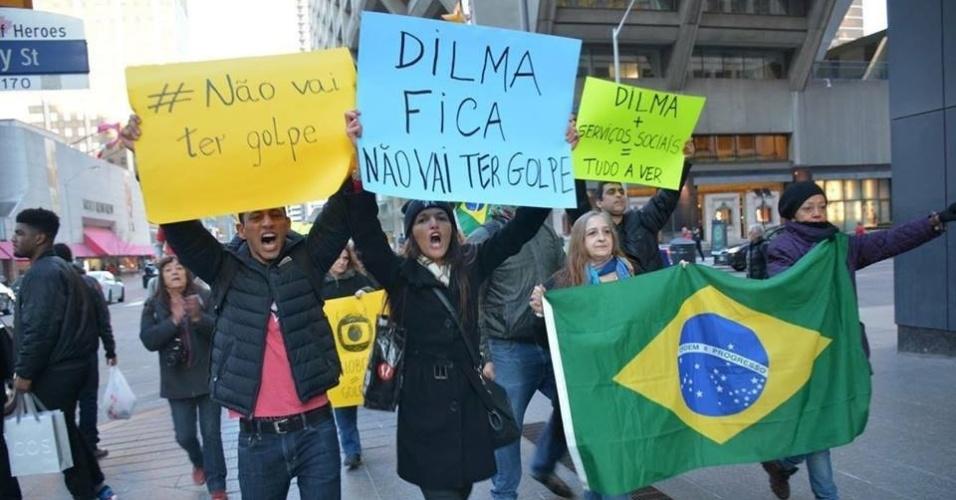 16.abr.2016 - Brasileiros em Toronto, no Canadá, saíram às ruas para apoiar a presidente Dilma Rousseff e protestar contra o impeachment. O protesto aconteceu na sexta-feira (15)