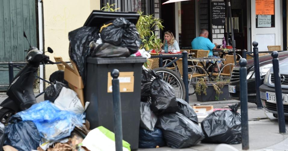 30.jun.2016 - Lixo se acumula em rua de Bordeaux, na França, por conta da greve de garis. Diversas categorias de profissionais estão em greve ou promovendo protestos por conta da reforma trabalhista que o governo tenta promover no país