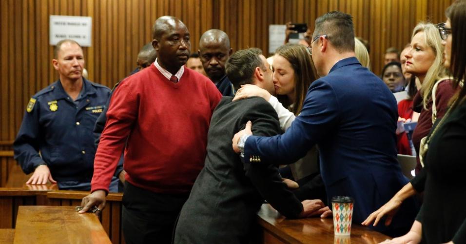 6.jul.2016 -  O atleta sul-africano Oscar Pistorius beija sua irmã, Aimee, ao deixar tribunal de Pretória, na África do Sul. O velocista paralímpico foi condenado a seis anos de prisão pelo assassinato de sua namorada, a modelo Reeva Steenkamp, em 2013