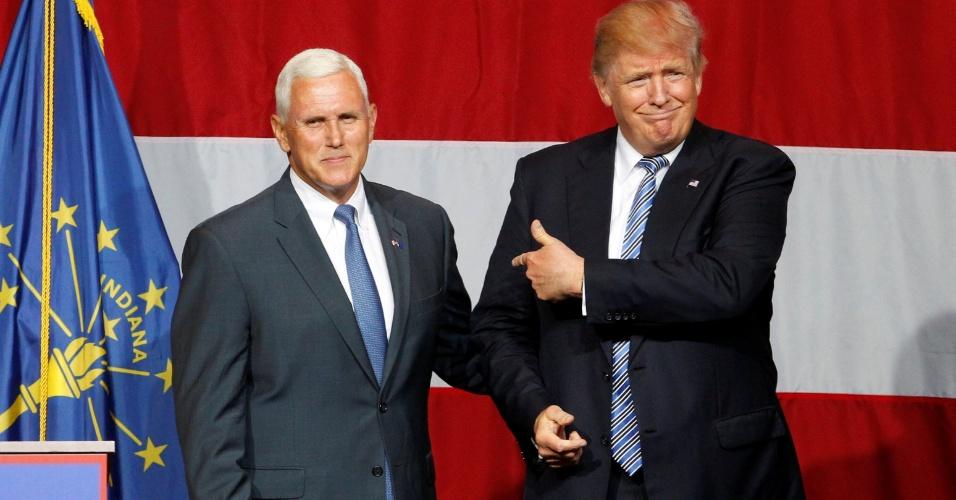 13.jul.2016 - O candidato republicano à Casa Branca, Donald Trump (à dir.), cumprimenta o governador de Indiana, Mike Pence, em comício na cidade de Westfield. Depois de indicar que anunciaria o nome do vice de sua chapa presidencial nesta terça (12), o empresário manteve o suspense. Pence é um dos cotados para o posto. O governador abriu o evento e foi seguido por Trump. O esperado anúncio do vice, no entanto, ficou para sexta-feira (15), segundo a imprensa local