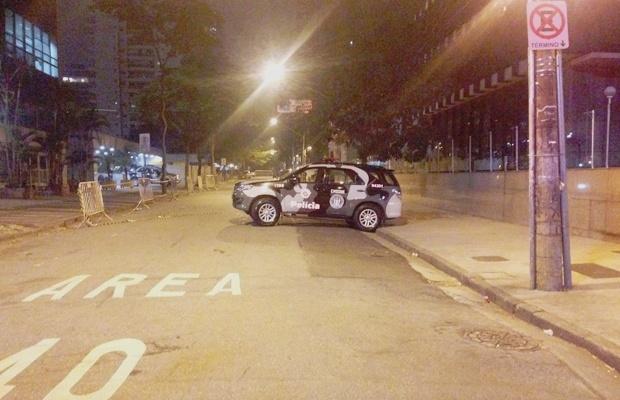 20.jul.2016 - Uma suspeita de bomba fechou um quarteirão da rua Ministro Rocha Azevedo, no centro de São Paulo, na madrugada desta quarta-feira (20). A suspeita de bomba ocorreu ao lado do Banco Central, na mesma quadra do Consulado da França