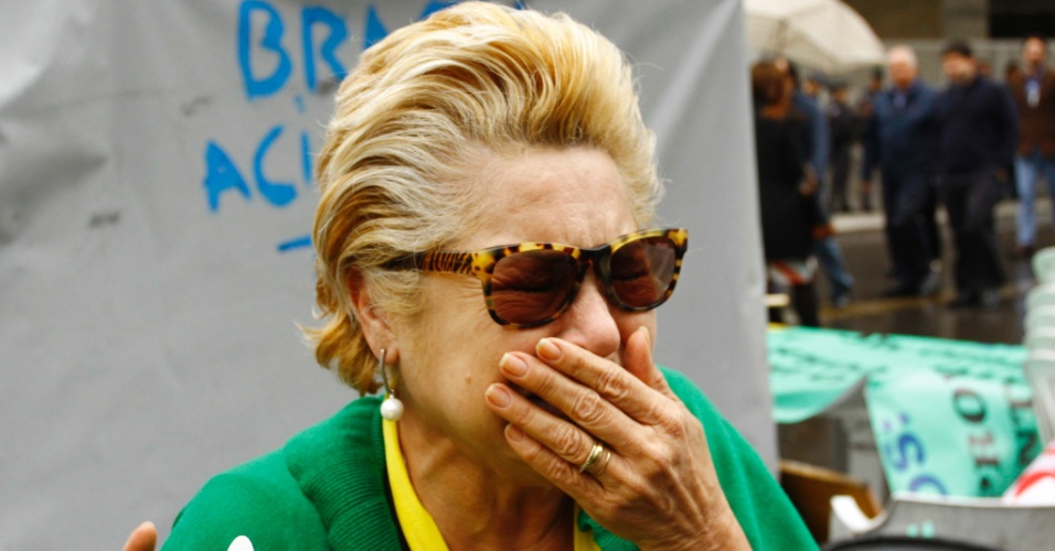 31.ago.2016 - Manifestante chora ao comemorar o impeachment da presidente Dilma Rousseff na avenida Paulista. Dilma foi condenada nesta quarta-feira (31) pelo Senado no processo de impeachment por ter cometido crimes de responsabilidade na condução financeira do governo. O impeachment foi aprovado por 61 votos a favor e 20 contra. Não houve abstenções
