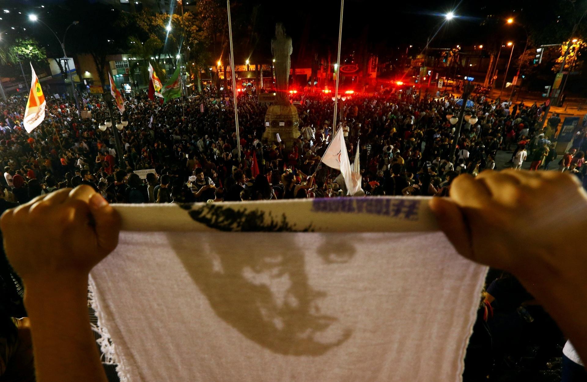 31.ago.2016 - Manifestantes contra o impeachment de Dilma Rousseff fazem ato no centro do Rio de Janeiro