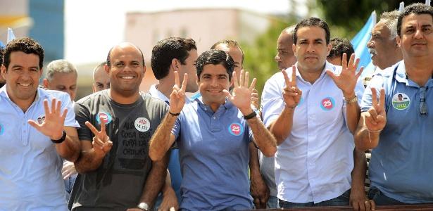ACM Neto (centro) vence no primeiro turno e se reelege prefeito de Salvador