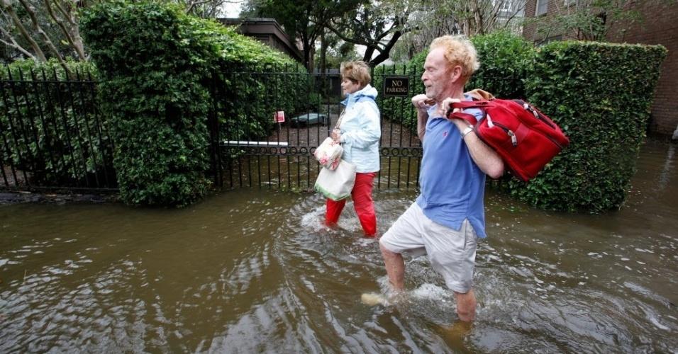 8.out.2016 - Moradores de Charleston, na Carolina do Sul (EUA), andam por ruas alagadas após a cidade ser atingida pelo furacão Matthew