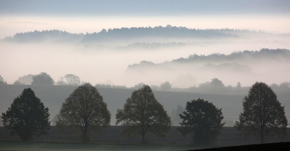 26.out.2016 - Nevoeiro cobre campos e florestas perto Tolzin, na Alemanha