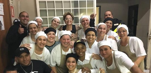A ex-presidente Dilma Rousseff posou para fotos com funcionários da lanchonete em Pelotas (RS) onde parou na volta do Uruguai
