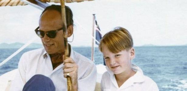 Mark Colvin, aos 7 anos, com seu pai na costa sul da Malásia, em 1959