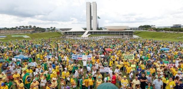 4.dez.2016 - Manifestantes se reúnem próximo ao Congresso Nacional, em Brasília, em protesto contra as mudanças na proposta de lei anticorrupção