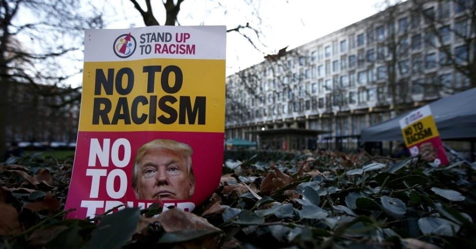 """20.jan.2017 - Cartaz com a mensagem """"Não ao racismo"""" é visto em frente à embaixada dos EUA em Londres, nesta sexta-feira (20), dia da posse do presidente eleito dos EUA, Donald Trump"""