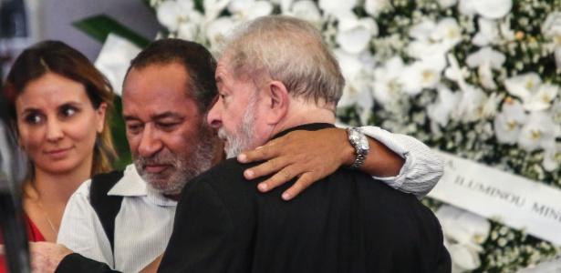 O ex-presidente Luiz Inácio Lula da Silva é consolado por amigos e parentes durante o velório de sua mulher, Marisa Letícia, no Sindicato dos Metalúrgicos de São Bernardo do Campo, no ABC Paulista