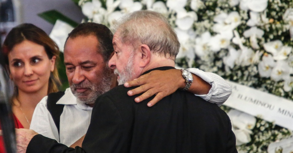 4.fev.2017 - O ex-presidente Luiz Inácio Lula da Silva é consolado por amigos e parentes durante o velório de sua esposa, Marisa Letícia, no Sindicato dos Metalúrgicos de São Bernardo do Campo, no ABC Paulista, na manhã deste sábado