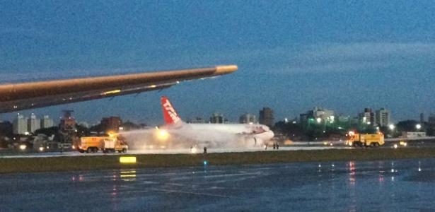 22.fev.2017 - Avião da Latam pega fogo em turbina no aeroporto de Congonhas