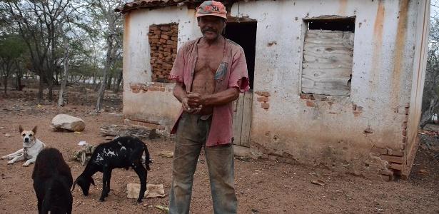 Morador de Sertânia (PE), Damião Serafim, 63, usa o pouco que consegue poupar da aposentadoria para comprar milho para sua criação de cabras e carneiros
