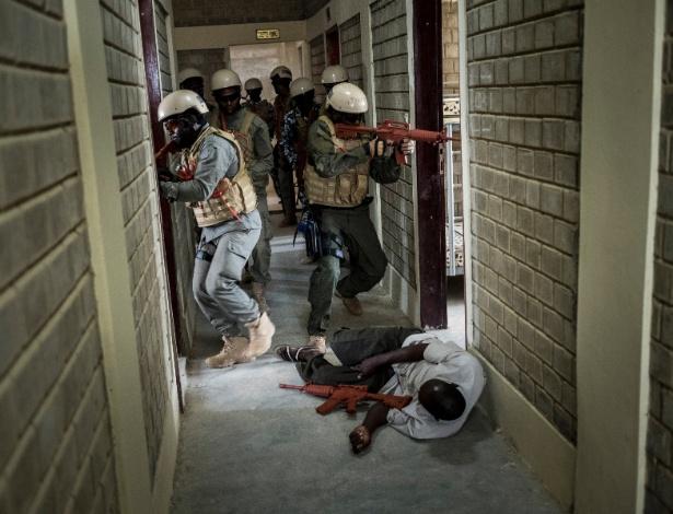 Soldados do Grupo Especial Antiterrorismo do Chade participam de operação simulada de libertação de reféns em hotel em N'Djamena