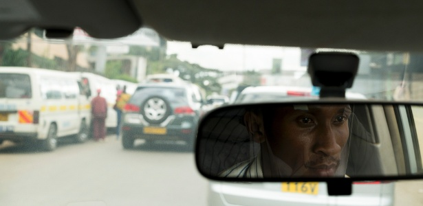 Jeremiah Kamu, que dirige para a Uber há dois anos, em Nairóbi, Quênia