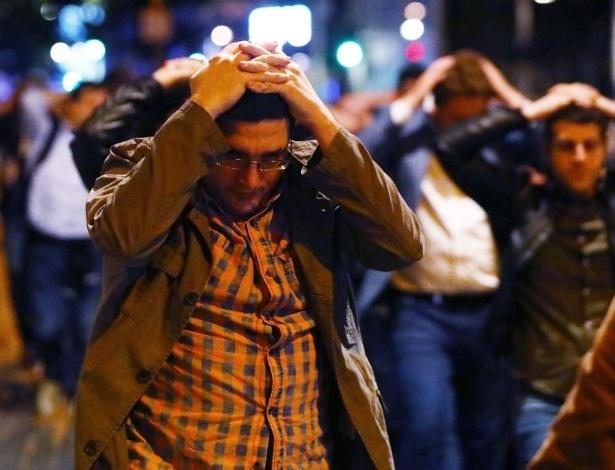 Pessoas deixam área próxima à London Bridge onde ocorreram ataques