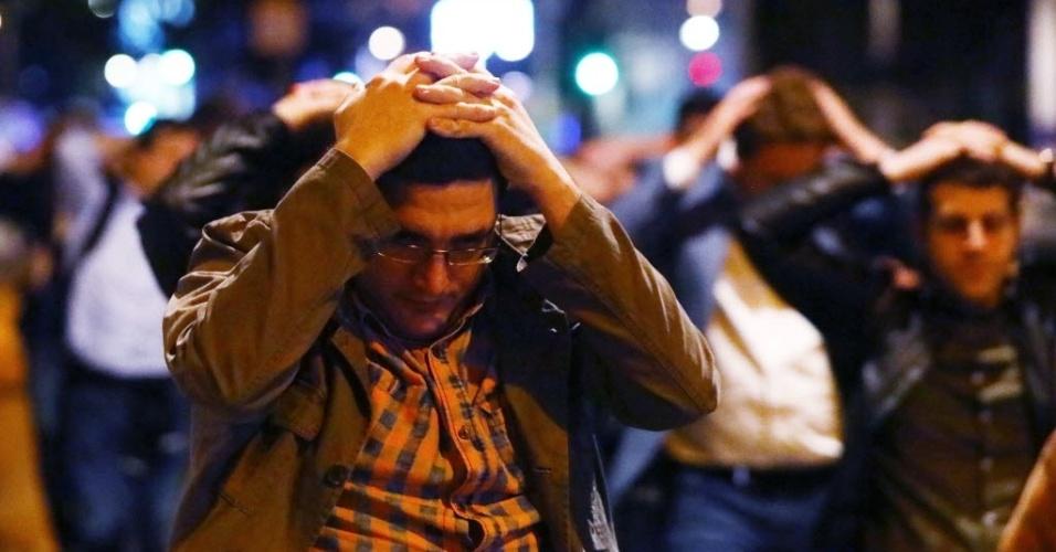 3.jun.207 - Pessoas deixam área próxima à London Bridge, local onde ocorream ataques considerados como atos de terrorismo pela polícia londrina