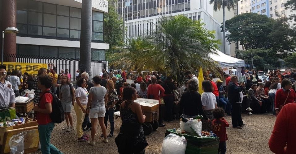 16.jun.2017 - Por volta das 16h30, os manifestantes começaram a se reunir na Praça Afonso Arinos, região central de Belo Horizonte