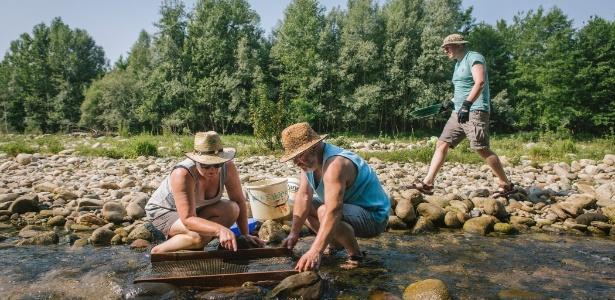 Marlise Luedi e seu marido, Willi, procuram ouro no rio Elvo, na Itália