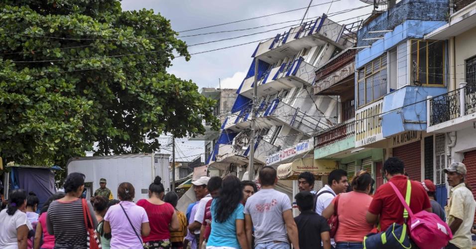 8.set.2017 - Curiosos observam estado do prédio do hotel Sensacion que foi danificado pelo poderoso terremoto de magnitude 8.2 que atingiu Matias Romero, em Oaxaca (México). Foi o maior tremor no país em 100 anos