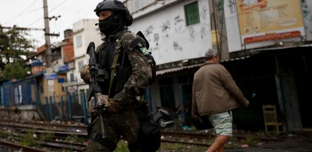 Militar participa de operação na favela do Jacarezinho