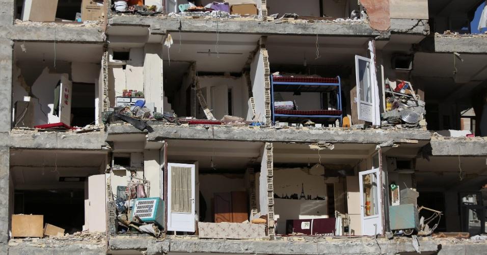 13.nov.2017 - Terremoto destrói prédio e deixa interior de apartamentos exposto em Sarpol-e Zahab, na província de Kermanshah, no Irã