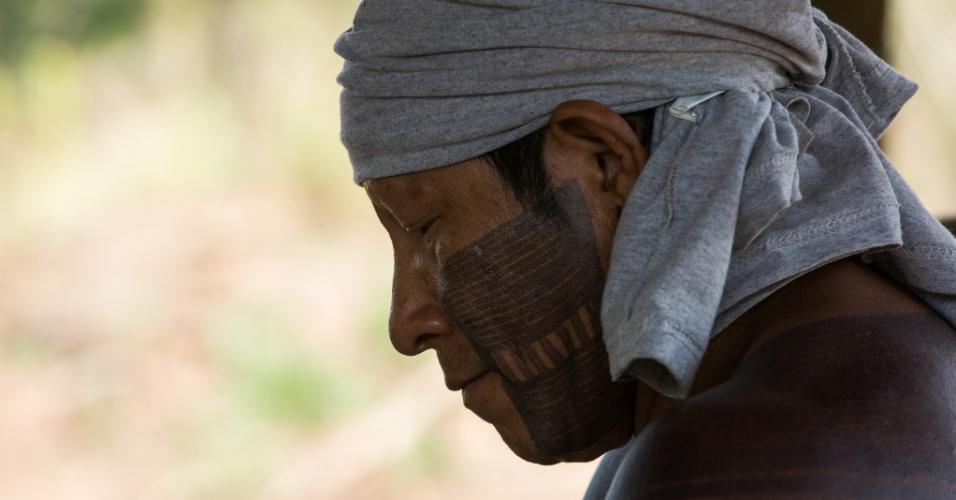1º.dez.2017 - Xikrin corta mandioca para a produção de farinha