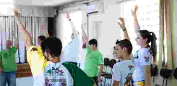 Professora Michele Correa Rodrigues (no canto à direita), durante aula de capoeira em São Leopoldo (RS) - Caio Rodrigues/UOL