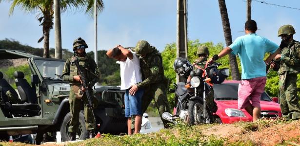 Forças Armadas fazem patrulhamento nas proximidades da Praia de Ponta Negra, no centro de Natal