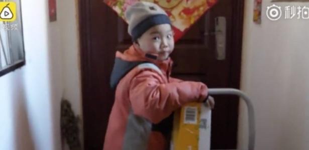 Apelidado de 'Pequeno Li', garoto ficou órfão após seu pai morrer e sua mãe se casar novamente