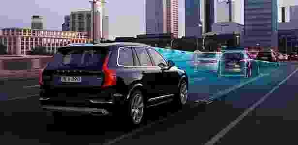 Um conjunto de câmeras e sensores permitem ao carro da Volvo se guiar pelas ruas; ao menos por enquanto, o caminho ainda precisa ser definido pelo motorista - Divulgação