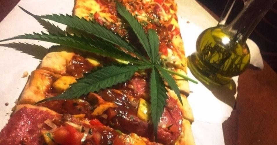 Pizza feita com maconha Image caption Pizza com folhas de Cannabis sativa, queijo, panceta e azeite canábico