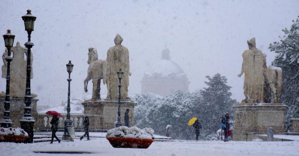26.fev.2018 - Pessoas caminham durante nevasca em Roma, Itália, nesta segunda-feira (26)
