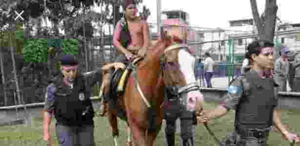 Rian Silva em passeio de cavalo em abril de 2013, quando a UPP chegou ao Caju - Arquivo Pessoal - Arquivo Pessoal