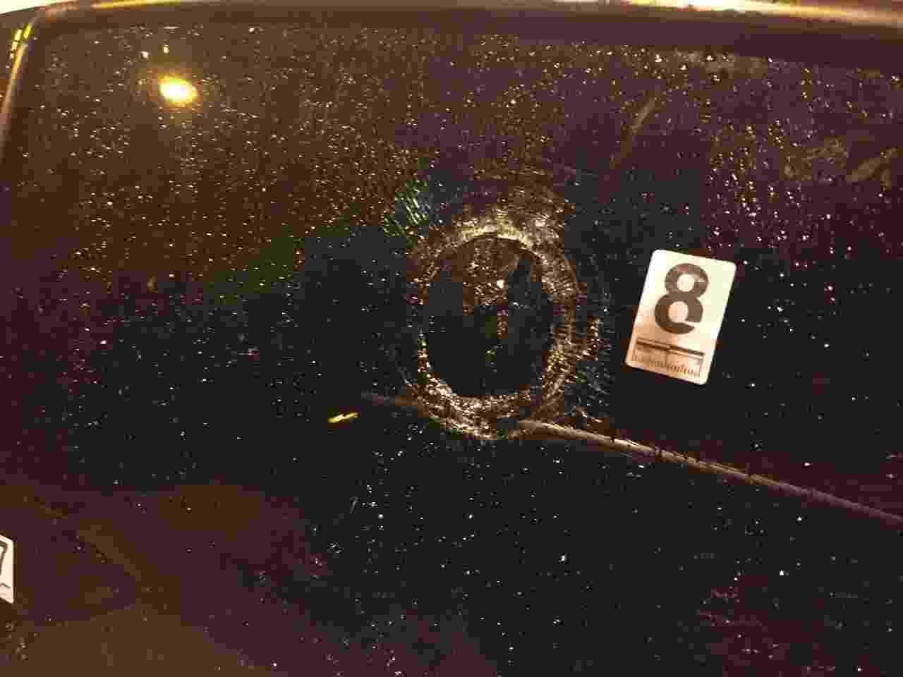 15.mar.2018 - Uma das oito marcas de tiros identificadas pela perícia no carro em que estava a vereadora Marielle Franco (PSOL) quando foi assassinada, nesta quarta (14), no Rio - Luis Kawaguti/UOL
