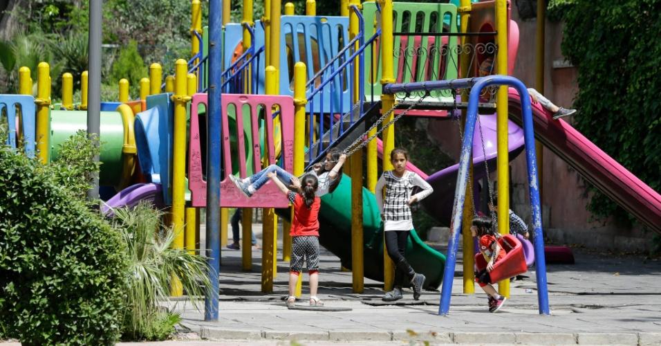 14.abr.2018 - Crianças brincam em parquinho de Damasco, capital da Síria, no sábado (14); depois dos ataques aéreos promovidos por EUA, França e Reino Unido