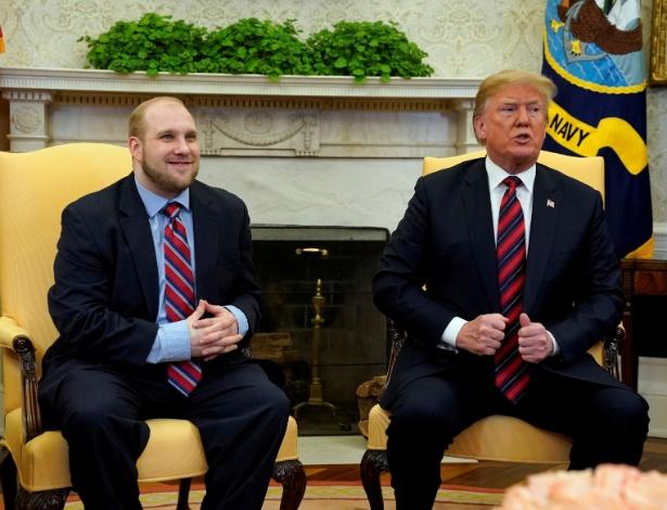 Trump fala a jornalistas junto ao preso americano libertado pela Venezuela, Joshua Holt