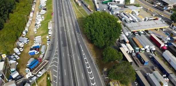27.mai.2018 - Caminhoneiros continuam protestando na rodovia Presidente Dutra, na altura de Jacareí, no interior de São Paulo