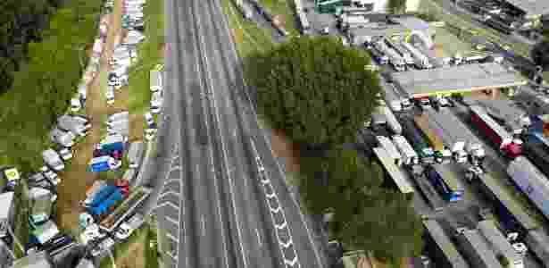 27.mai.2018 - Caminhoneiros continuam protestando na rodovia Presidente Dutra, na altura de Jacareí, no interior de São Paulo - Nilton Cardin/Estadão Conteúdo
