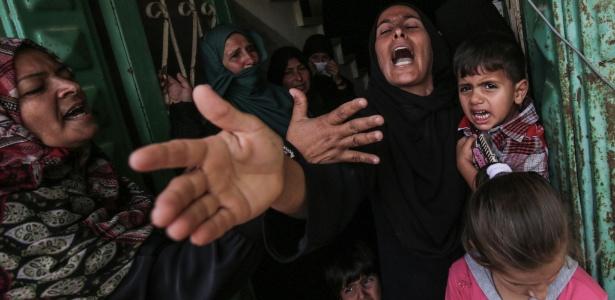 Mulher chora a morte de um palestino de 28 anos que morreu durante um bombardeio a um posto de observação, na faixa de Gaza