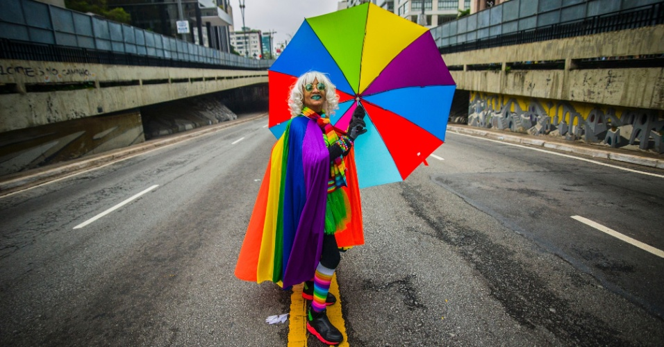 3.jun.2018 - Pessoa se veste de arco-íris em homenagem ao símbolo do orgulho LGBT.  A 22ª Parada do Orgulho LGBT acontece neste domingo (3) em São Paulo