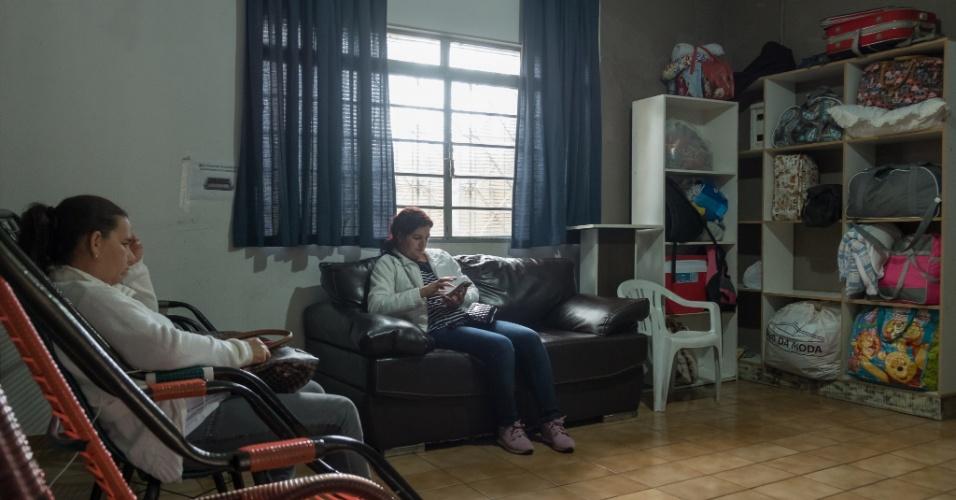 Sala de estar e convivência na pensão Dom Aquino, em Campo Grande. Pacientes de outras cidades viajam por horas em busca de atendimento na capital