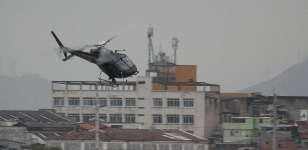 15.08.2017- Helicóptero da Polícia Civil sobrevoa favela do Rio de Janeiro - Estadão Conteúdo